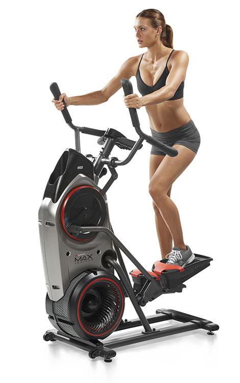 Weibliche Person trainiert auf einem Bowflex Trainer Max M5